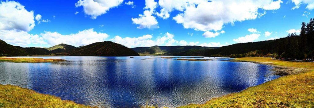 hồ nước xanh biêc ở Shangri La